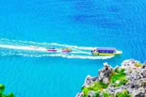 宮古島の海に浮かぶグラスボート