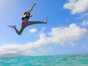 シュノーケリングツアーで海に飛び込む女性