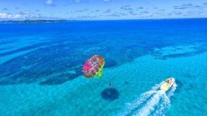 沖縄で体験できるパラセーリング