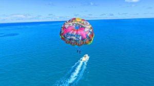 沖縄パラセーリングの上空写真