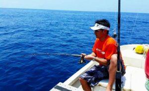 小浜島の綺麗な海で釣りを楽しむ男性