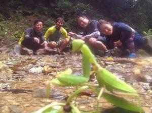 亜熱帯動物を観察する参加者