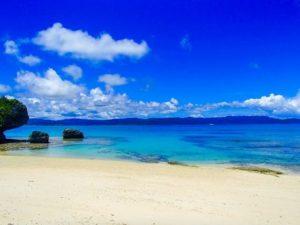 カラフルな珊瑚礁や熱帯魚に出会えるビーチ