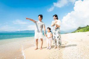 石垣島の海で家族の記念写真撮影