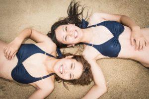 石垣島の海で女子旅の記念撮影
