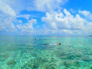 西表島の透明度抜群の海に浮かぶ人達