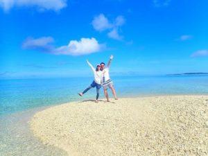 西表島近くのバラス島に上陸して写真を撮る人達