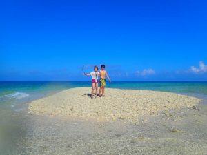 奇跡の島と呼ばれるバラス島に上陸するカップル