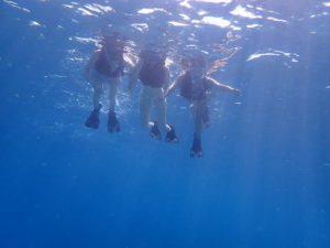 西表島随一のシュノーケルスポットで楽しむ女性たち