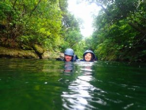 ぷかぷかと浮きながらオオミジャ川を下る