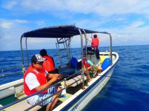 西表島の釣りツアーで船から釣り糸を垂らす