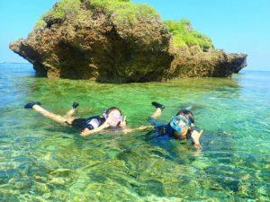 西表島でビーチエントリーシュノーケリングを楽しむ人達