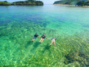 西表島シュノーケリングツアーで海に浮かぶ参加者