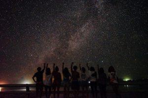 満天の星空の前で記念撮影