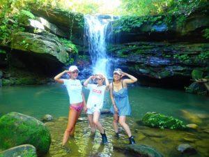 西表島のカヤック(カヌー)ツアーで友達と滝遊びを楽しむ