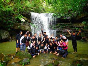 団体旅行でクーラの滝で記念撮影