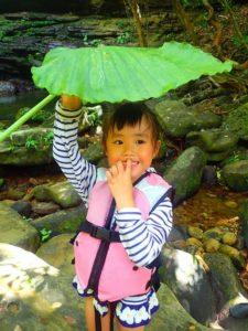 トトロの葉を携える小さな女の子