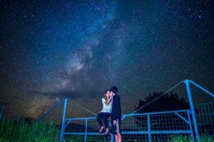 宮古島で天の川と一緒に写真撮影