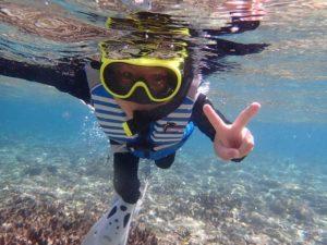 西表島のシュノーケリングツアーを楽しむ子供