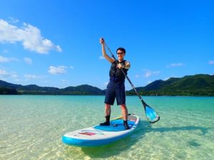 川平湾SUPを楽しむ男性