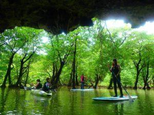 宮良川の上流にある洞窟でSUPを楽しむ参加者