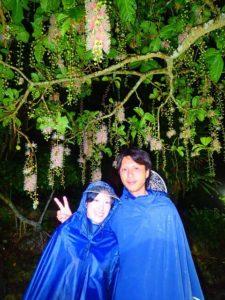 夜のサガリバナの前で記念撮影