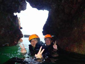 洞窟の中からの情景
