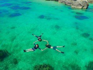 浮かんで見える宮古島の海