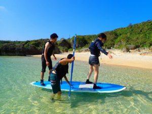カップルで沖縄SUP体験中
