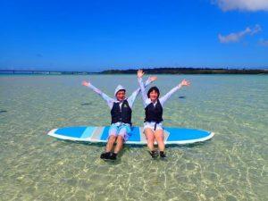 SUPに乗りながら前浜ビーチで記念撮影