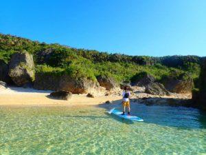 小浜島の透明度抜群海でSUPをする人