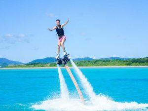 石垣島でフライボードをする女性