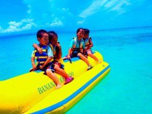 石垣島でバナナボートに乗る子供たち