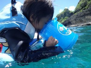 小さいお子様も箱眼鏡で海中風景を観察