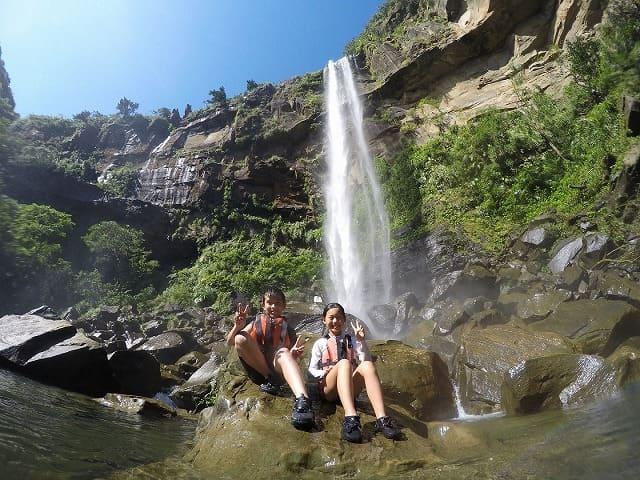 ピナイサーラの滝前でポーズをとる子供たち