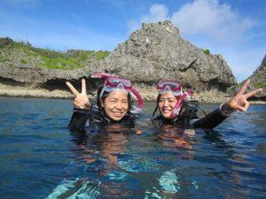 沖縄の透明度抜群の海でシュノーケリング体験