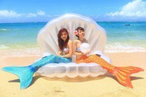 沖縄のビーチを背景にパールの浮き輪でマーメイド体験