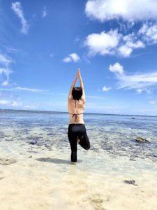 小浜島のビーチでヨガをする女性