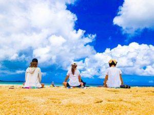 女子旅で晴天の中行うビーチヨガ