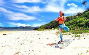 小浜島の美しいビーチで体験するヨガ
