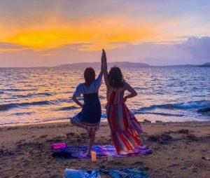 サンセットビーチヨガに参加する女性