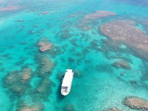 透明度抜群の海に浮かぶボート