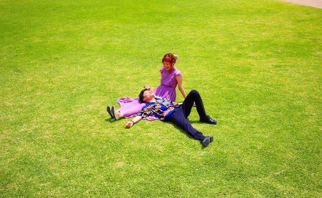 芝生で休憩するカップル