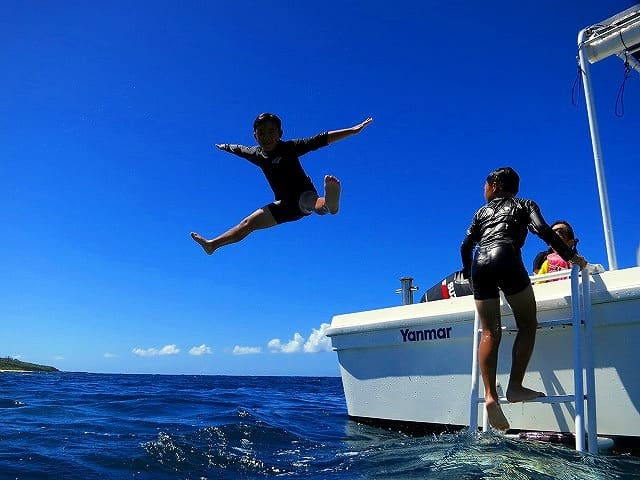 西表島シュノーケリングツアーで海にダイブする参加者