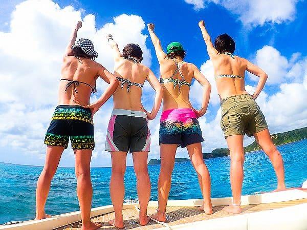 西表島の海で記念撮影をするグループ