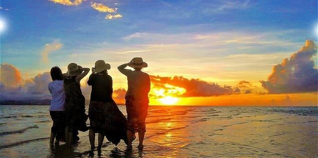 家族で小浜島の夕日を眺める