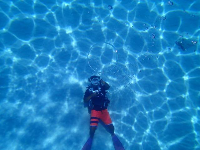 ダイビングで海底に寝転がる人