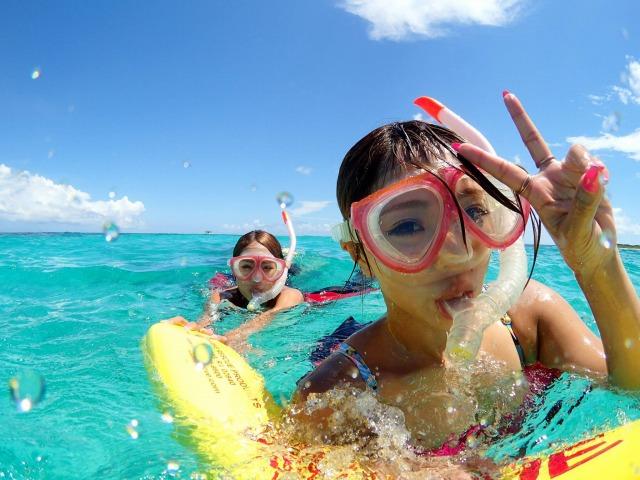 石垣島旅行でシュノーケルを楽しむ女性