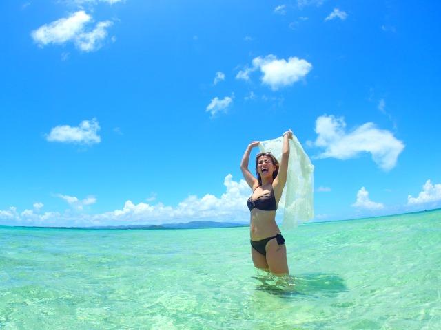 幻の島で海水浴をする女性