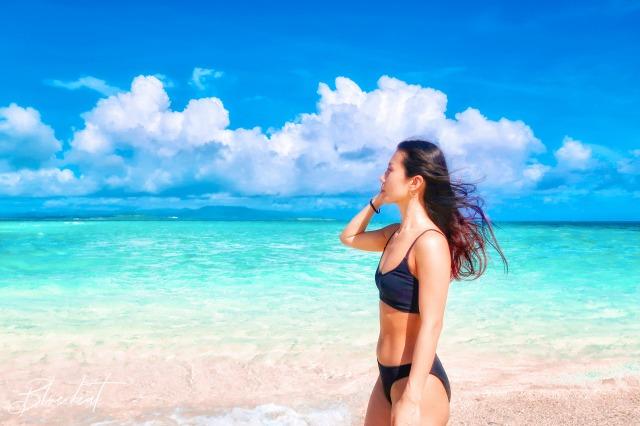幻の島浜島を散策する女性